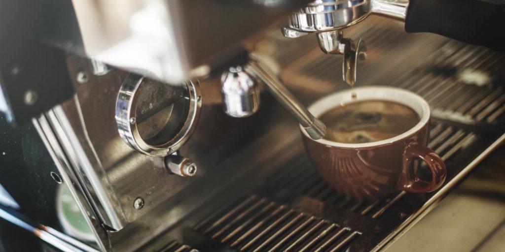 コーヒーの飲み方とは?美味しく淹れる方法から正しいマナーまで解説