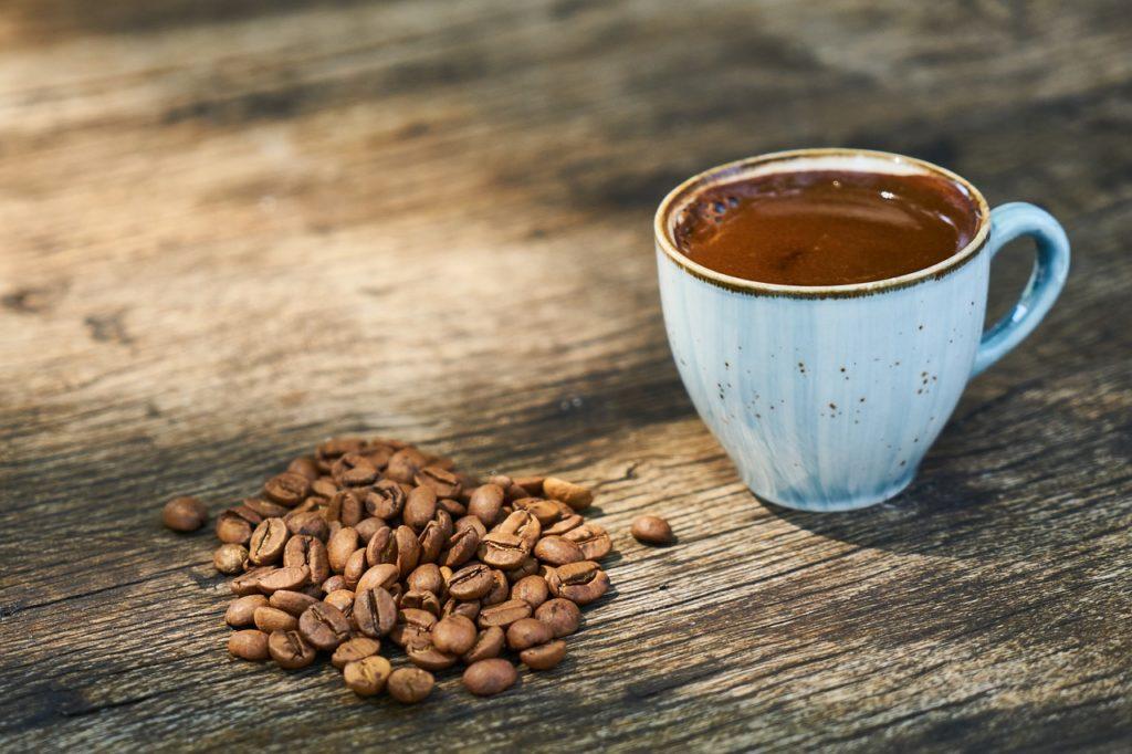 コーヒー豆のカフェイン含有量は焙煎前と後で異なる
