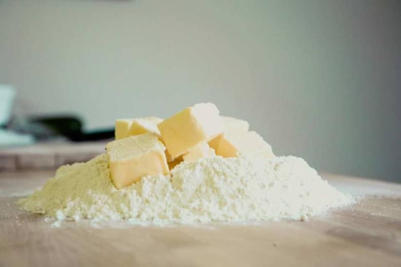 コーヒー1杯文と上白糖40g、薄力粉90gをバターと一緒に混ぜる