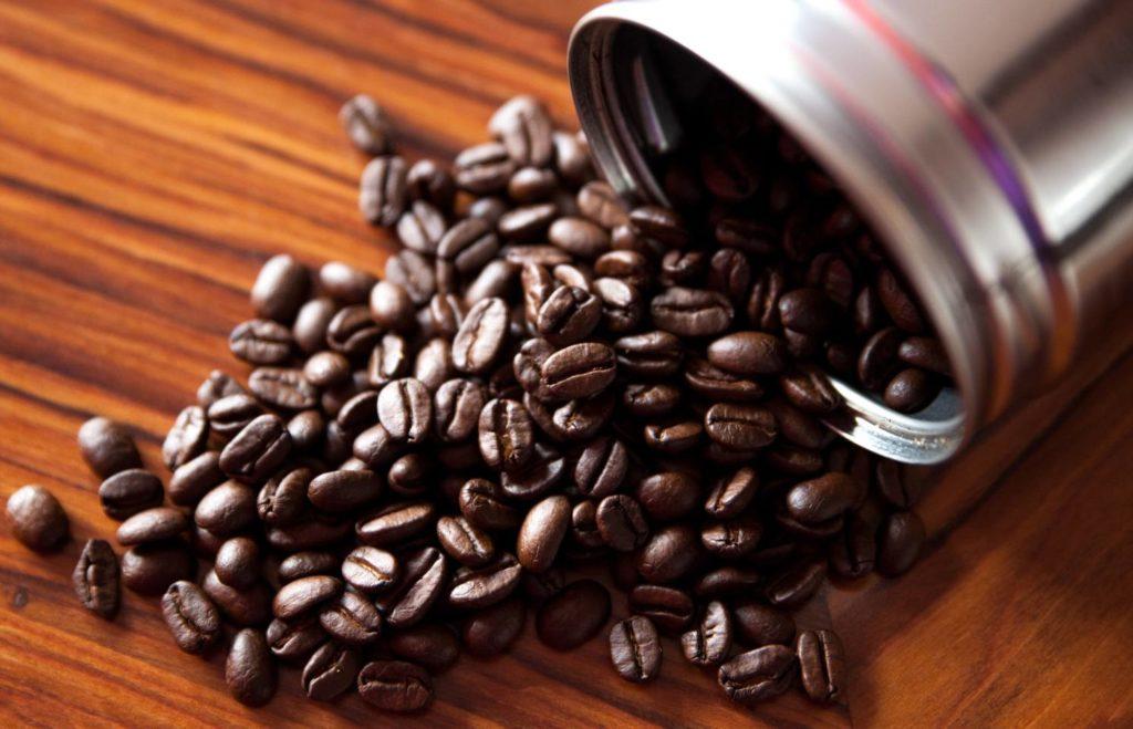 焙煎度合いでコーヒー豆のツヤが変わる