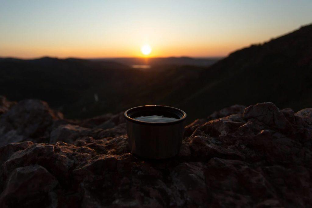アウトドアでコーヒーを楽しむ方法とおすすめ道具9選!淹れ方も解説