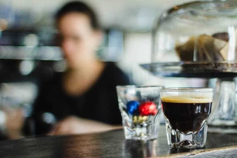 コーヒーの飲み過ぎによる大きな原因「カフェイン」の摂取量を減らす方法